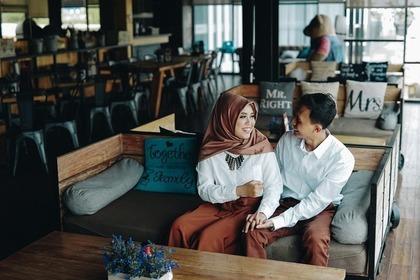 カフェでイチャイチャしながら話すカップル