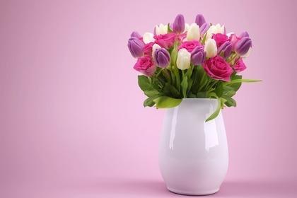 ピンクの背景に花瓶