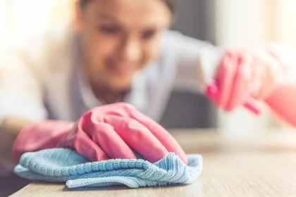 手袋をして掃除をする女性