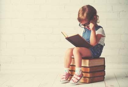 独りで本を読む少年