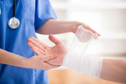 手首に包帯を巻く看護師