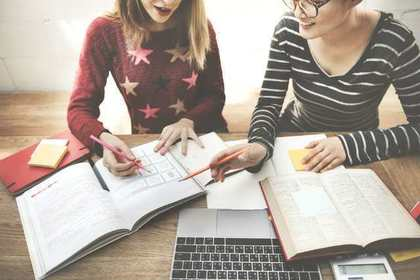勉強を教え合う女性たち