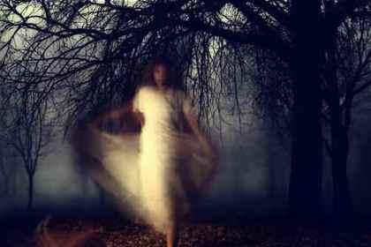 闇の中の女