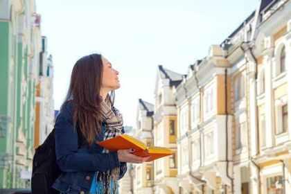 本を見ながら周りを見る人