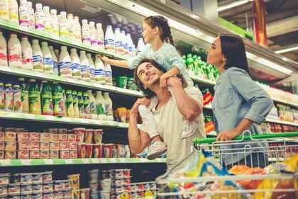 スーパーで買い物をする家族