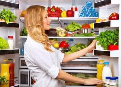 冷蔵庫の中を物色する女性