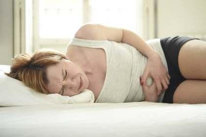 腹痛を感じる女性