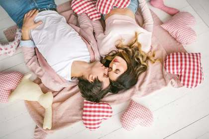 2人並んでベッドで眠るカップル