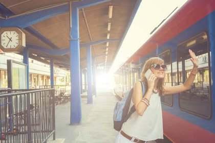 電車に手を振る女性