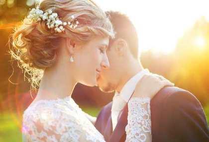 髪をアップにした花嫁