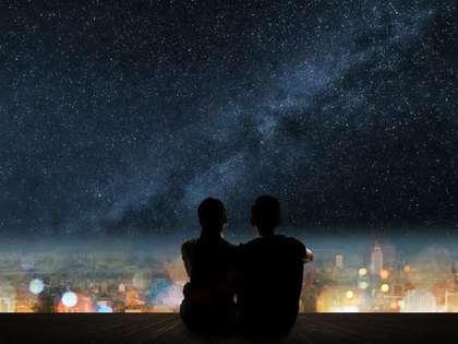 星空を見つめる男女