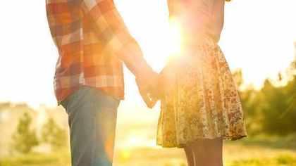 夕日の中で向かい合うカップル