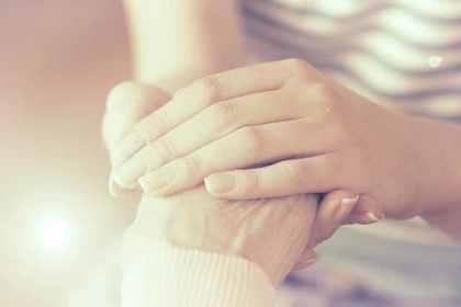 手を握り合う姿