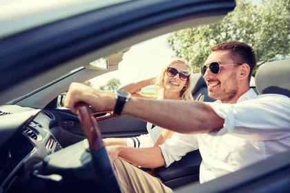 ドライブを楽しむ2人