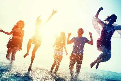 砂浜でジャンプする人たち