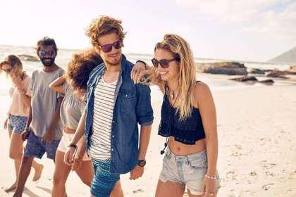 海岸を歩く人たち