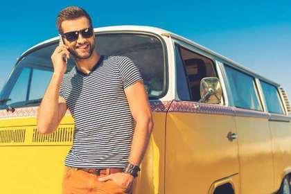 黄色の車にもたれる男性