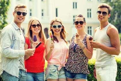 アイスクリームを持つ5人