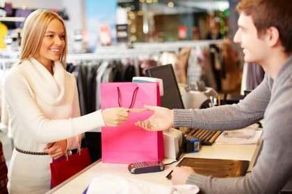 クレジットカードを渡す女性