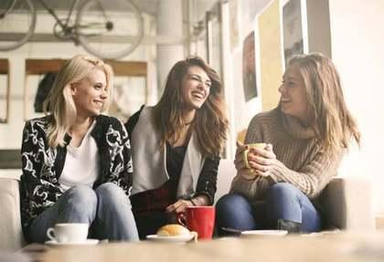 飲み物を飲みながら談笑する3人の女性