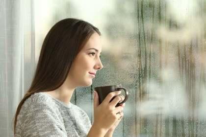 雨を眺める女性