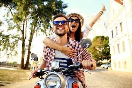 バイクに乗るカップル