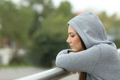 独りで考え事をしている女性
