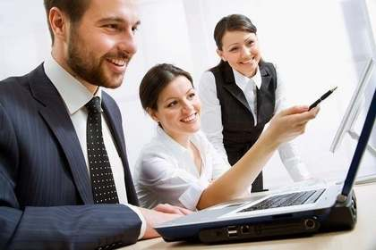 ペンでパソコン画面を指し示す女性