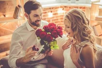薔薇を喜ぶ女性