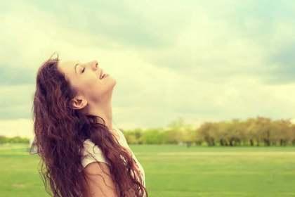 空を見上げて喜ぶ女性