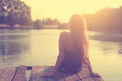 湖を見る女性