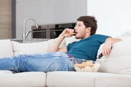 お菓子を食べる男性
