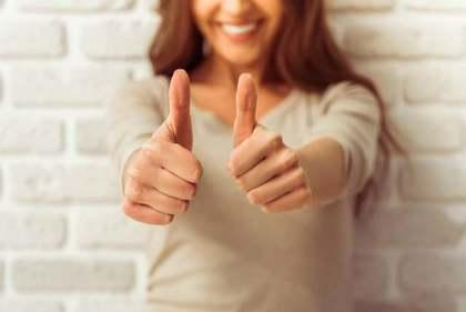 指を立てている女性