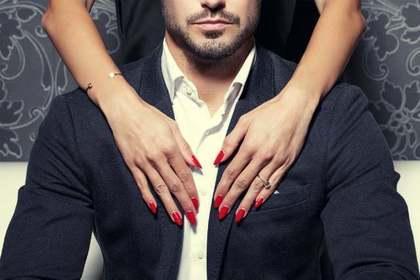 男の人と女性の手