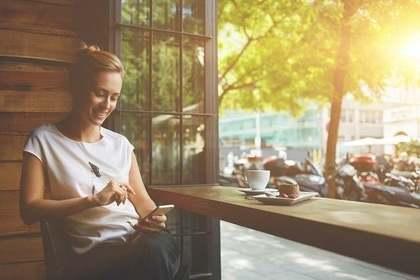 カフェでメールを送る女性