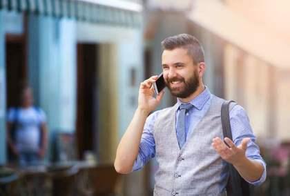 ジェスチャーしながら電話をする男性