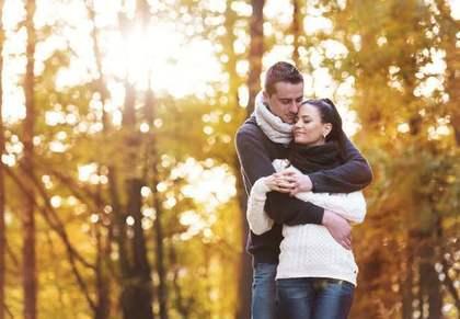 森の中のカップル