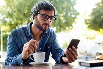 携帯をみる男性