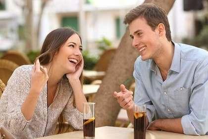 コーラを飲む男女