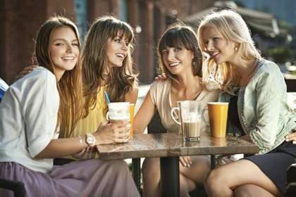 カフェで談笑する4人の女性