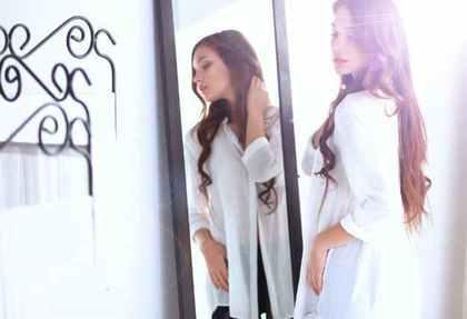 鏡に映った女性