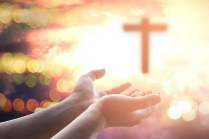 神々しい十字架に伸ばす手