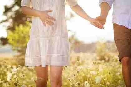 手を繋ぐ妊婦