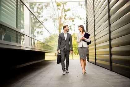 建物の間を歩く男女