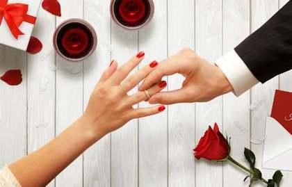 指輪をはめる女性