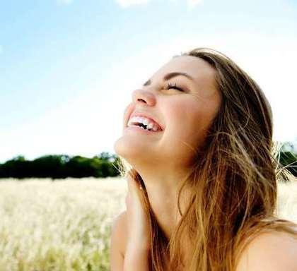 嬉しそうな顔をする女性