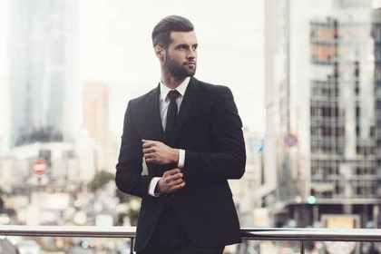 スーツを着た男性
