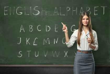 黒板の前にたつ教師