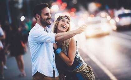 歩道にいるカップル