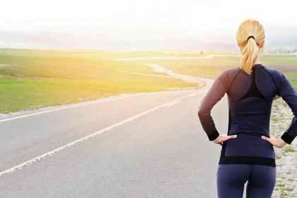道路に立つ女性